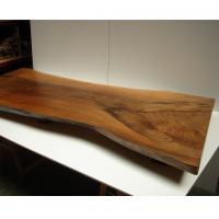 Tabl�n de nogal espa�ol transformado en mesa baja - Confecci�n de una mesa baja con peana utilizando un tabl�n de Nogal Espa�ol respetando su contorno, con acabado a mu�equilla incorporado.