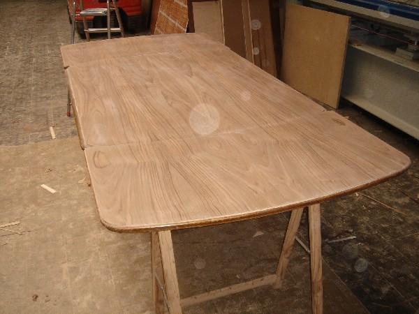 Tapa de mesa con extensiones - Fabricación de una tapa de mesa de nogal español con dos extensiones.