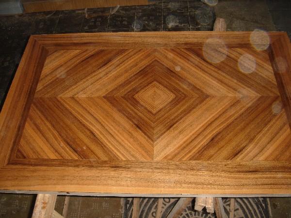 Tapa de mesa de Nogal español plumeada a cuatro aguas - Fabricación de una tapa de mesa chapada en hoja de Nogal español plumeada a cuatro aguas haciendo espiga francesa