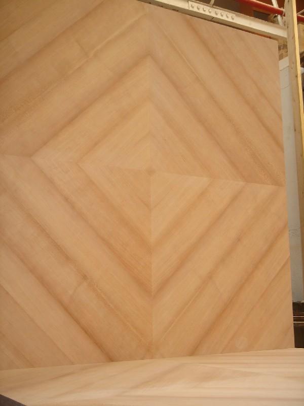 Tapa de mesa en dos cuerpos de Cerezo plumeado a cuatro aguas - Fabricación de una tapa de mesa en dos cuerpos iguales realizada en chapa de Cerezo plumeada a cuatro aguas con espiga francesa