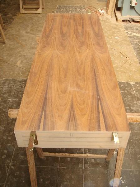 Componente de una mesa de diseño en palosanto de amazonas y raiz de roble - Fabricación de componentes para una mesa de diseño realizada en hoja de Palosanto Amazonas y Raiz de Roble combinadas entre sí.