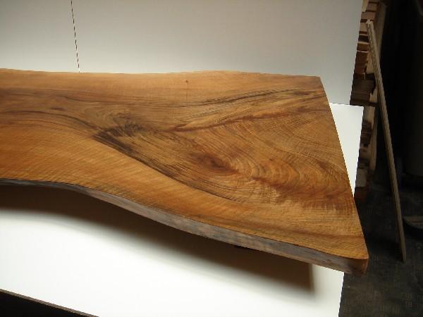 Tablón de nogal español transformado en mesa baja - Confección de una mesa baja con peana utilizando un tablón de Nogal Español respetando su contorno, con acabado a muñequilla incorporado.