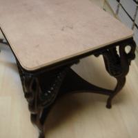 Adaptación de una tapa de raiz sobre una mesa antigua. - Adaptación de una tapa de raiz de madrona sobre una estructura de una mesa para restaurar.