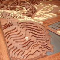 Maqueta topográfica - Confección del trabajo de ebanistería y montaje de una maqueta topográfica, con curvas de nivel y caserío.