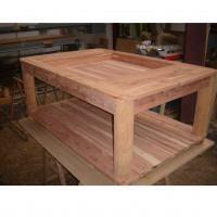 Mesa expositora en madera de sabina