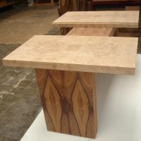 Componente de una mesa de diseño en palosanto de amazonas y raiz de roble