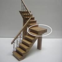 Pieza descansillo a izquierdas para escaleras de 2 tramos - Pieza de madera que hace de descansillo para escaleras de dos tramos que giran hacia la izquierda.